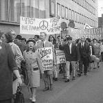 Freiheit für Vietnam. Transparent griechischer Arbeiterinnen und Arbeiter. © Fotoarchiv Ruhr Museum: Anton Tripp (Fotograf), Ostermarsch Ruhr, Dortmund, April 1966