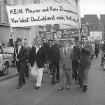 """""""Kein Maurer und kein Zimmermann von West-Deutschland nach Vietnam"""". © Fotoarchiv Ruhr Museum: Anton Tripp (Fotograf), Ostermarsch Ruhr, Dortmund, April 1966"""
