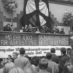 """""""Schluß mit dem Krieg in Vietnam"""". Abschlußkundgebung vor dem Rathaus Dortmund © Fotoarchiv Ruhr Museum: Anton Tripp (Fotograf), Ostermarsch Ruhr, Dortmund, April 1966"""