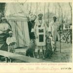 """""""Bischari-Lager"""" (bzw. """"Söhne der Wüste"""" oder """"Nubier"""") im Dortmunder Fredenbaum im Juni 1899. Leiter der Gruppe war Guiseppe Cuzzi, zuvor 15 Jahre Gefangener des Mahdi. Postkarte Sammlung K.M. Kreis."""