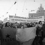 Keine westdeutsche Unterstützung für Südafrikas Rassisten. © Fotoarchiv Ruhr Museum: Manfred Scholz (Fotograf), Demonstration gegen die portugiesische Kolonialmacht, Dortmund, 31. Januar 1973.