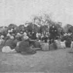 Gottesdienst mit Kriegsflüchtlingen. Missionar August Kuhlmann im Herero-Feldlager