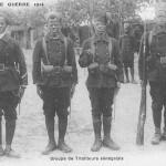 """""""Croquis de Guerre 1914. Groupe de Tirailleurs sénégalais"""" (Skizze des Krieges 1914. Senegalesische Infanterie-Gruppe). Carte Postale, ungelaufen. Sammlung Detlev Brum."""
