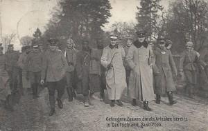 """""""Gefangene Zuaven, die als Artisten bereits in Deutschland gastirten"""". Ansichtskarte, """"militäramtlich genehmigt"""", gelaufen als Feldpost im Mai 1915. Sammlung Detlev Brum.  Falls die gefangenen """"Zuaven"""" (oder eher Tirailleurs Sénégalais) tatsächlich bereits als Artisten in Deutschland waren, dann wohl im Rahmen von Völkerschauen, wie sie in Dortmund im Fredenbaum stattfanden. Wahrscheinlicher ist aber, dass mit der Ansichtskarte versucht wird, die afrikanischen Soldaten in der französischen Armee als Irreguläre abzuwerten und in die Kategorie der Schausteller und Völkerschauen einzureihen."""