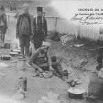 """""""Croquis de Guerre 1914. La Cuisine des Tirailleurs sénégalais"""" (Skizze des Krieges 1914. Die Küche der senegalesischen Infanterie). Carte Postale, gelaufen im Februar 1916. Sammlung Detlev Brum."""