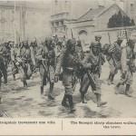 """""""Les Tirailleurs sénégalais traversant une ville"""" (Die """"Senegalschützen"""" ziehen durch eine Stadt). Carte Postale, ungelaufen, ohne Datum. Sammlung Detlev Brum."""