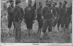 """""""Sénégalais"""". Carte Postale, beschriftet 1917. Sammlung Detlev Brum. An der französischen Offensive in der Champagne nahm auch das Zweite Kolonialkorps mit 35 westafrikanischen Bataillonen teil. Von den eingesetzten westafrikanischen Soldaten kamen 45% bei der Aktion ums Leben."""