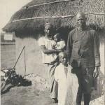 """Au Maroc. - Tirailleur Sénégalais et sa famille"". Carte Postale, gelaufen in Frankreich im Juli 1915. Sammlung Detlev Brum."