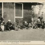 """""""Aus einem unserer mohammedanischen Gefangenenlager. Beim Mahl"""". Ansichtskarte, gelaufen als Feldpost im April 1917 von Zossen-Übungsplatz nach Hamburg. Sammlung Markus Kreis."""