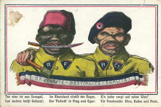 """""""Der eine ist aus Senegal …"""". Ansichtskarte, ungelaufen (vermutlich Anfang der 1920er Jahre). Sammlung Markus Kreis. Die """"Schwarze-Schmach""""-Kampagne (Version """"West"""") war verzahnt mit extremem Nationalismus und antislawischer Propaganda (Version """"Ost"""")."""