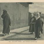 """""""Drei türkische Schönheiten"""". Ansichtskarte, gelaufen als Feldpost im März 1918. Sammlung Detlev Brum. Neben der sympathieheischenden Darstellung türkischer Frauen in Uniform kursierten auch Ansichtskarten mit verschleierten Frauen, die durch den Zusatz """"Schönheiten"""" eher ironisiert werden."""