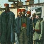 """""""Gefangene Senegalschützen – Frankreichs """"Größe"""". Kriegsjahr 1914-15"""". Ansichtskarte, gesendet aus (Köln-) Wahn (Schießplatz) als Feldpost im Oktober 1915. Sammlung Detlev Brum. Es ist nicht bekannt, in welchem Gefangenenlager das Bild produziert wurde. Die gleiche Ansichtskarte ist etwa im Februar 1916 vom Truppenübungsplatz Heuberg (Schwäbische Alb), dort befand sich ebenfalls Gefangenenlager, versendet worden. Drei unterschiedliche Ansichtskarten zeigen denselben """"Senegalschützen"""" und diese Ansichtskarten sind deutschlandweit als Feldpost oder privat versendet worden."""