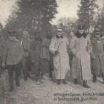 """""""Gefangene Zuaven, die als Artisten bereits in Deutschland gastirten"""". Ansichtskarte, """"militäramtlich genehmigt"""", gelaufen als Feldpost im Mai 1915. Sammlung Detlev Brum. Falls die gefangenen """"Zuaven"""" (oder eher Tirailleurs Sénégalais) tatsächlich bereits als Artisten in Deutschland waren, dann wohl im Rahmen von Völkerschauen, wie sie in Dortmund etwa im Fredenbaum (-Park) stattfanden. Wahrscheinlicher ist aber, dass mit der Ansichtskarte versucht wird, die afrikanischen Soldaten in der französischen Armee als Irreguläre abzuwerten und in die Kategorie der Schausteller und Völkerschauen einzureihen."""
