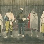 """""""Gefangenenlager Zossen-Wünsdorf"""". Ansichtskarte, gelaufen im Juni 1917 von Zossen als Feldpost. Sammlung Markus Kreis. Handschriftlich Rückseite: """"Innigstgeliebte Mama und (unleserlich). Die herzlichsten Grüsse und Küsse sendet euch euer euch von Herzen liebender (unleserlich). In diesen Kleidern laufen die Gefangenen hier herum."""" Identische (s/w-) Ansichtskarte, gelaufen von Zossen im Dezember 1916 als Feldpost."""