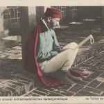 """""""Aus einem unserer mohammedanischen Gefangenenlager. Im Vorhof der Moschee"""". Ansichtskarte, gelaufen von Zossen als Feldpost im März 1916."""