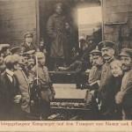 """""""Der erste kriegsgefangene Kongoneger (auf dem Transport von Namur nach Deutschland)."""" Ansichtskarte, gelaufen im Juni 1915 als Feldpost (an einen früheren Arbeitskollegen). Sammlung Detlev Brum. Gefangenentransporte mit afrikanischen Soldaten haben an allen Bahnhöfen für großes Aufsehen gesorgt, so auch in Dortmund, wo mehrfach spontane Massenversammlungen stattfanden und die Polizei die """"öffentliche Ordnung"""" sicherstellen musste, damit das Rote Kreuz die Versorgungsarbeiten erledigen konnte."""