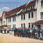 """""""Kriegsgefangene Franzosen u. Zuaven"""". Photogr. u. Verlag: Franz Beck, Ohrdruf i. Th.. Ansichtskarte, ungelaufen. Sammlung Detlev Brum."""