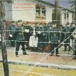 """""""Kriegsgefangene beim Essenholen"""". Ansichtskarte, gelaufen als Feldpost von Wahn im Oktober 1916. Sammlung Markus Kreis. Eine andere Ansichtskarte ist als Feldpost von Metz im Oktober 1915 gelaufen. Auch hier ist der Produktionsort unklar und man lediglich davon ausgehen, dass sowohl in einem Rekrutenausbildungslager wie Köln aks auch an der Front Ansichtskarten versendet wurden, die Szenen auch mit afrikanischen Kriegsgefangenen darstellen."""