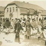 """Afrikanische Kriegsgefangene beim Einzug in Ohrdruf. Rückseite: """"Emil Meiner, Foto-Atelier, Ohrdruf i. Thür.. Angesichtskarte, ungelaufen. Sammlung Markus Kreis."""