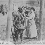 """""""Campagne de 1914. Une Vendangeuse de la Champagne et un Soldat sénégalais"""" (Eine Winzerin aus der Champagne und ein senegalesischer Soldat). Carte Postale, beschriftet, ohne Datum. Sammlung Detlev Brum. An der Offensive in der Champagne nahm auch das Zweite Kolonialkorps, dem unter anderem 35 westafrikanische Bataillone angehörten, teil. Von den eingesetzten westafrikanischen Soldaten kamen 45% bei der Aktion ums Leben; eingesetzt als Sturmtruppen starben afrikanische Soldaten an der Westfront als """"Kanonenfutter""""."""