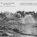 """""""La Guerre 1914-1915. Ablain-St-Nazaire (P.-de-C.). L'entrée de la localité en ruines"""". Carte Postale, ungelaufen. Sammlung Detlev Brum. Auch in der Verteidigung von Ablain-St-Nazaire wurden nordafrikanische Truppen eingesetzt, so dass verständlich ist, dass einer der beiden im Hintergrund gezeigten Soldaten aus Nordafrika stammt."""