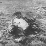 """Gefallener Zuave"""". Kriegs-Erinnerungs-Karte, ungelaufen. Sammlung Detlev Brum. Der Tod im Krieg ist in Ansichtskarten und besonders auch im Kontext der Soldaten auf Afrika und Asien eine Ausnahme."""