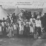"""""""Le maroc illustré. La Fête au Village Sénégalais"""" (Ein Fest in einem senegalesischen Dorf). Carte Postale, gelaufen als Kriegsgefangenenpost im Januar 1916 aus dem Kriegsgefangenenlager Kenitra in Marokko an die Ehefrau nach Deutschland. Sammlung Detlev Brum. Ob es sich tatsächlich um eine Szene in einem senegalesischen Dorf handelt, ist unklar. Die abgebildeten Zelte ähneln den Zelten, die das Rote Kreuz in den Kriegsgefangenenlagern fotografierte. Nutzen Afrikaner hier die Möglichkeit, sich die deutschen Kriegsgefangenen im Lager anzuschauen? Oder doch nur ein Besuch der Angehörigen in einem Ausbildungslager in Marokko?"""