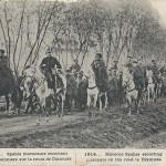 """""""Spahis marocains escortant des prisionniers sur la route de Dixmude."""" Carte Postale, gelaufen, ohne Datum. Marokkanische Spahis eskortieren Gefangene südlich von Dixmude. Marokkanische Spahis wurden häufig als Bewachungssoldaten eingesetzt."""