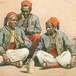 """""""Turkos"""", Münchener Meister Nr. 11, Kriegspostkarte (""""Militärbehördlich genehmigt""""), gelaufen als Feldpost im Februar 1915. Sammlung Markus Kreis. Deutsche Darstellungen von muslimischen Turkos (""""Turkos"""" ist eine Sammelbezeichnung für afrikanische Soldaten, nicht Türken) sind häufig positiv besetzt. Sie sitzen zwar auf dem Boden - gewissermaßen als Kennzeichen der kulturellen Differenz - doch sind sie nur selten rassistisch abwertend. Die Versuche, die muslimischen Soldaten in den französischen und britischen Armeen zum Überlaufen zu bewegen, schlagen sich möglicherweise in einer relativ positiven Darstellungsform wider."""