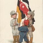 """""""Einigkeit macht stark"""". Wohlfahrtskarte zum Besten des Kreiskomitees vom """"Roten Kreuz"""", Wiesbaden, gelaufen im März 1916. Sammlung Detlev Brum. Wie bei anderen Ansichtskarten des Dreibunds wird die Türkei durch das kleinste Kind repräsentiert."""
