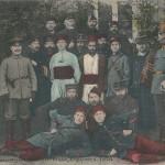 """""""Kriegsgefangene Franzosen, Belgier, Engländer und Turkos"""". Rückseite: K. G. H. 2182. Ansichtskarte, gelaufen von Saarunion im August 1915 (von einem Schüler an seine Cousinen)."""