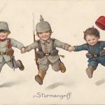 """""""Sturmangriff"""". Ansichtskarte, ungelaufen. Sammlung Detlev Brum. In den Darstellungen zum Dreibund mit Kindermotiven wird die Türkei/ das """"türkische"""" Kind häufig als das jüngste und schwächste Kind dargestellt, worin sich die deutsche Sichtweise auf die vermeintliche Schwäche des Bündnispartners widerspiegelt."""