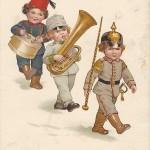 """""""Vorwärts mit frischem Mut!!"""" Ansichtskarte, gelaufen im November 1915 als Feldpost (5. Komp. Inf. Rgt. 365). Sammlung Detlev Brum. Der Tambourmajor führt die Kapelle an und es ist - natürlich - kein Zufall, dass die Führungsrolle dem deutschen Kind zufällt."""