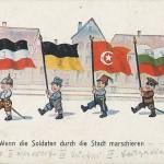 """""""Wenn die Soldaten durch die Stadt marschieren"""". Ansichtskarte, beschriftet im Juli 1917, von einem Vater an sein Kind. Sammlung Detlev Brum. Durch den Beitritt Bulgariens wurde der Dreibund zu einem Vierbund."""