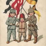 """""""Wir halten durch!"""" Ansichtskarte, gelaufen als Feldpost im September 1916 von einem Rekruten (Truppenübungsplatz) an die eigene Mutter. Sammlung Detlev Brum. Wie bei anderen Ansichtskarten des Dreibunds wird die Türkei durch das kleinste Kind repräsentiert."""