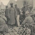 """""""Gefangene französische Soldaten"""". Ansichtskarte, gelaufen als Feldpost im September 1915. Sammlung Detlev Brum. In deutschen Ansichtskarten mit Motiven aus improvisierten Gefangenenlagern werden häufig afrikanische Soldaten in den Bildmittelpunkt gerückt."""