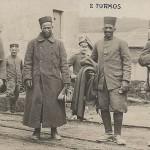 """""""2 Turkos"""". Ansichtskarte, ungelaufen, keine weiteren Angaben. Sammlung Detlev Brum. Die Ansichtskarte zeigt gefangene nordafrikanische Soldaten (allgemein als """"Turkos"""" bezeichnet). In der Frühphase des Krieges erzeugte die Gefangenennahme von afrikanischen Soldaten große Aufmerksamkeit und manche deutsche Soldaten schmückten mit den Fotos oder Ansichtskarten ihr Kriegserinnerungsalbum."""