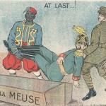 """""""At Last ..! Bière de la Meuse"""" (Zu guter Letzt ...! Sarg von der Maas). Carte Postale, ungelaufen. Sammlung Detlev Brum. Afrikanischer und britischer Soldat legen Kaiser Wilhelm II. in den Sarg."""