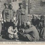 """""""1914 – 1915. Groupe de Marocains"""". Carte Postale, ungelaufen. Sammlung Detlev Brum. Marokkaner, """"Turkos"""" und """"Zuaven"""" wurden in französischen und deutschen Darstellungen häufig synonym verwendet. Bereits Anfang September 1914 nahm eine marokkanische Brigade an der ersten """"Schlacht von Marne"""" teil."""