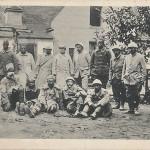 Gruppe gefangener französischer und afrikanischer Soldaten. Karls Voegels, Berlin. Ansichtskarte, gelaufen als Feldpost im Oktober 1916 von der 1. Garde-Infanterie Division nach Spandau. Sammlung Detlev Brum. Es existiert noch eine weitere Ansichtskarte mit der gleichen Gruppe, fotografiert aus anderer Perspektive.