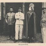 """""""Gruppenbild"""". Ansichtskarte, ungelaufen. Kunstanstalt Engelhardt, Berlin. Sammlung Detlev Brum. Die Ansichtskarte zeigt eine Gruppe von kriegsgefangenen Soldaten, darunter einen nordafrikanischen """"Spahi"""" (2. von rechts, nordafrikanischer Kavallerist) und einen """"Turko"""" (links, nordafrikanischer Infanterist)."""