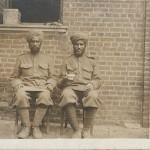 """""""Inder mit einer Teetasse"""". Ansichtskarte ohne Angaben, ungelaufen. Sammlung Detlev Brum. Die Ansichtskarte zeigt vermutlich die beiden indischen Soldaten, die auch auf der vorherigen Ansichtskarte abgebildet sind."""