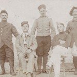 Kriegsgefangene. Ansichtskarte, gelaufen aus dem Kriegsgefangenenlager Landshut nach Lyon (Frankreich). Stempel der Postprüfstelle Landshut. Gesendet von einem französischen Kriegsgefangenen (52 Inf., 6 Comp.) Sammlung Detlev Brum. Die Ansichtskarte ist ein Beispiel dafür, dass Kriegsgefangene Ansichtskarten erwarben und als Gruß in die Heimat verschickten. Im Unterschied zu den Fotografien unter Repressionsbedingungen könnte es sich hier auch um eine Aufnahme handeln, die die Gefangenen von sich selbst in Auftrag gaben.
