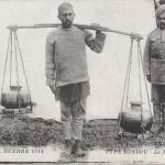 """Guerre 1914. Type Hindou. Le Porteur d'eau"" (Der Wasserträger). Carte Postale, gelaufen November 1914 in Frankreich. Sammlung Detlev Brum."