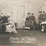 """""""Münster II """"Revue"""". Le beau rêve"""" (der schöne Traum). Ansichtskarte, ungelaufen. Sammlung Detlev Brum. Aus vielen Kriegsgefangenenlagern sind Fotos mit Theateraufführungen einer Laien-Schauspielertruppe bekannt. Teil der Inszenierung ist ein nordafrikanischer Soldat."""