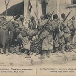 """""""A Neufmontiers – Tirailleurs marocains inventoriant leur butin"""" (""""Marokkanische Schützen durchsuchen ihre Beute""""). Carte Postale, gelaufen im Februar 1916 vom Militärausbildungslager Aube nach Bordeaux (andere Ansichtskarte beschriftet am 10.09.1914). Sammlung Detlev Brum. Anfang September 1914 nahm eine marokkanische Brigade an der ersten """"Schlacht von Marne"""" teil; die regulären marokkanischen Soldaten (in der Regel """"Turkos"""" genannt) wurden aus Eilbedürftigkeit mit Taxis an die Front gefahren, es handelt sich um eine beliebte """"Anekdote"""" in der französischen Geschichtsschreibung des Sieges an der Marne. Bemerkenswert an diesem Ansichtskartenmotiv ist, dass die französischen Zensurbehörden zuliessen, dass die marokkanischen Soldaten durch die Textzeile als irreguläre Truppen dargestellt werden, denen es erlaubt sei, """"Beute"""" zu machen."""
