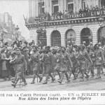 """""""Nos Alliés des Indes place de l'Opéra. 1916"""" (Unsere Alliierten aus Indien auf dem Opernplatz. 1916). Carte Postale, ungelaufen. Sammlung Detlev Brum."""