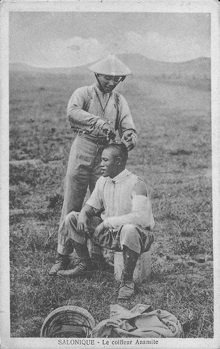 """""""Salonique – Le Coiffeur Anamite"""". Postkarte aus italienischer Produktion, gelaufen/ beschriftet in französischer Sprache im Juli 1917. Sammlung Detlev Brum."""