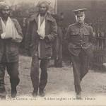 """""""Soldats anglais et indiens blesses"""" (Verwundete englische und indische Soldaten). Carte Postale, gelaufen im Dezember 1914. Sammlung Detlev Brum. Die Ansichtskarte suggeriert eine gemeinschaftliche Situation, die die kolonialen Grenzen überschreitet. Doch in der Regel wurden verwundete englische und indische Frontsoldaten an der Westfront ethnisch separarat untergebracht und behandelt. Insofern ist auch dieses """"harmlose"""" Motiv als Propaganda-Ansichtskarte zu verstehen. Kein Zufall übrigens auch, dass die indischen Soldaten körperlich überlegen scheinen: In vielen Ansichtskarten wird die körperliche Kraft der kolonialen Soldaten hervorgehoben, um an der Heimatfront Werbung für den Einsatz der Afrikaner und Asiaten zu betreiben."""