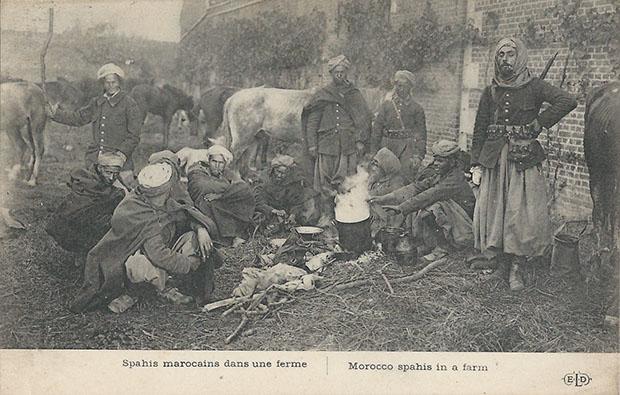 """""""Spahis marocains dans une ferme"""" (Marokkanische Spahis in einem Bauernhof). Carte Postale, ungelaufen, ohne Datum. Sammlung Detlev Brum."""